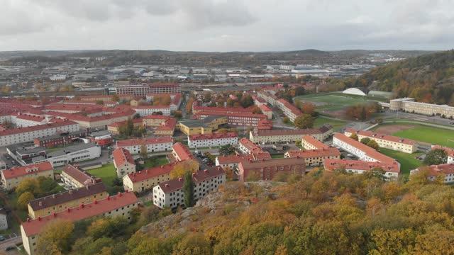 gamlestaden, urban district i göteborg, höstlövverk reveal, aerial rising - gothenburg bildbanksvideor och videomaterial från bakom kulisserna