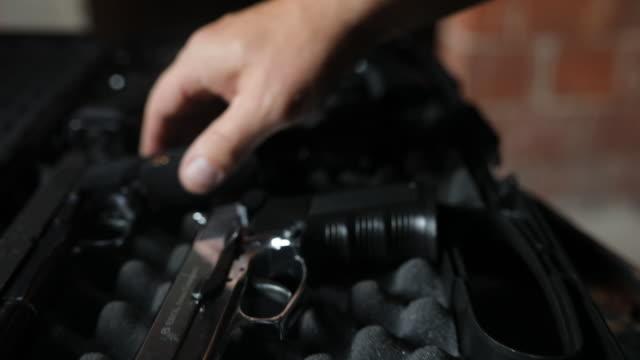 vidéos et rushes de achat d'une arme à feu de gangster - mitrailleuse