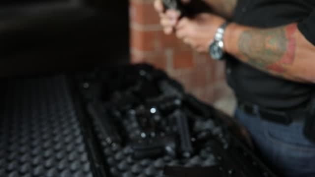 gangster att köpa ett vapen - kriminell bildbanksvideor och videomaterial från bakom kulisserna