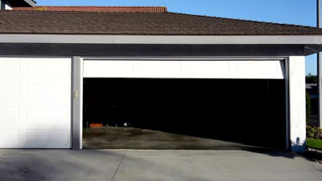 garage door schließen - garage stock-videos und b-roll-filmmaterial