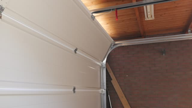 porta garage di una casa indipendente che chiude - garage video stock e b–roll