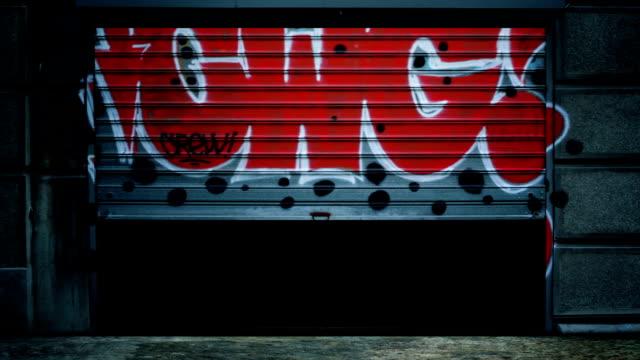 vídeos de stock e filmes b-roll de abertura de porta de garagem - fundo oficina