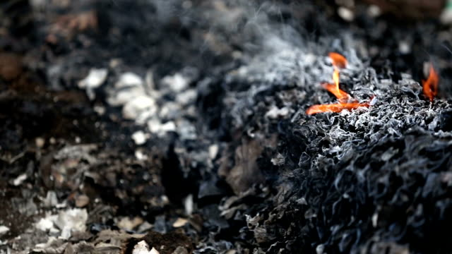 vídeos de stock e filmes b-roll de garbage burning pollution - cinza