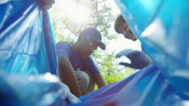 garbage collecting - odzyskiwanie i przetwarzanie surowców wtórnych filmów i materiałów b-roll