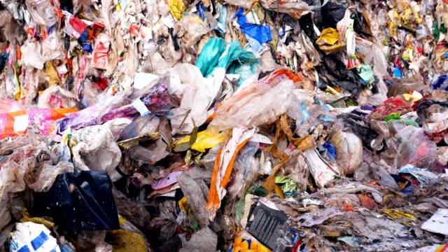çöplüğü. yakın çekim. çevre kirliliği kavramı. - dumpster fire stok videoları ve detay görüntü çekimi