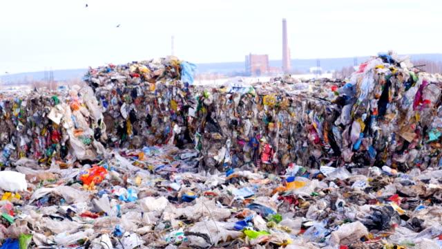 çöplüğü. lanfill sitesi. çevre kirliliği kavramı. - dumpster fire stok videoları ve detay görüntü çekimi