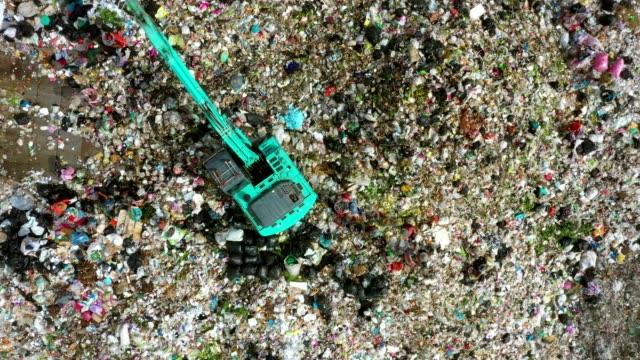 ゴミ捨て場やゴミ箱のゴミ山、ゴミ捨て場、ゴミ捨て場、表面と地下の水汚染、現代の油圧で汚染廃棄物をダンプします。航空写真のトップビュー - 豊富点の映像素材/bロール