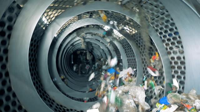 sop återvinnings maskin under arbets processen. sorterings anläggning för sopor. - pet bottles bildbanksvideor och videomaterial från bakom kulisserna