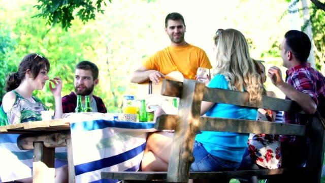 Gartenparty. – Video