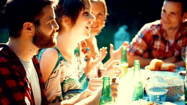 vidéos et rushes de garden-party. - diner entre amis