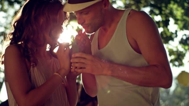 ガーデン パーティー。若者がいちゃつく、トロピカルド リンクを飲み ビデオ