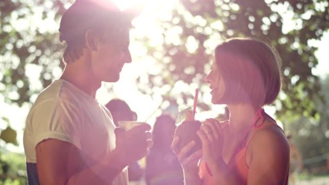 ガーデン パーティー。若者が話しているといちゃつく ビデオ
