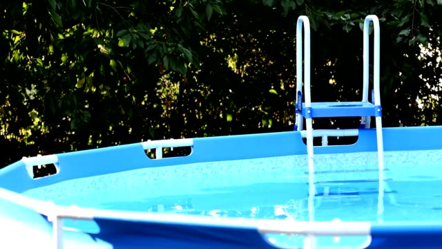 vídeos y material grabado en eventos de stock de piscina del jardín con stepladder. - backyard pool