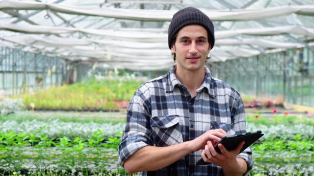 デジタルタブレットと庭の中心の庭師 ビデオ