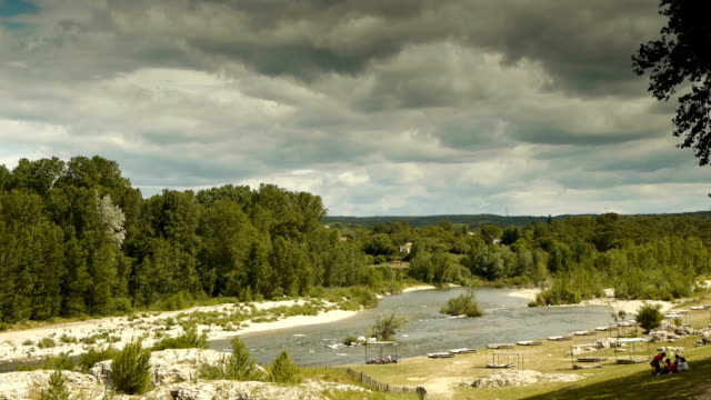 stockvideo's en b-roll-footage met de rivier le gardon op de pont du gard - pont du gard