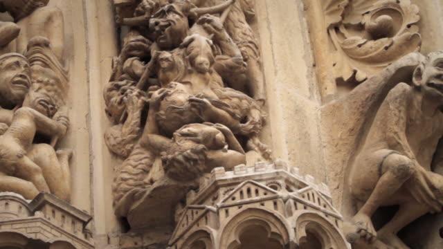gargouille e dettagli di statua di notre-dame de paris, francia - gargoyle video stock e b–roll