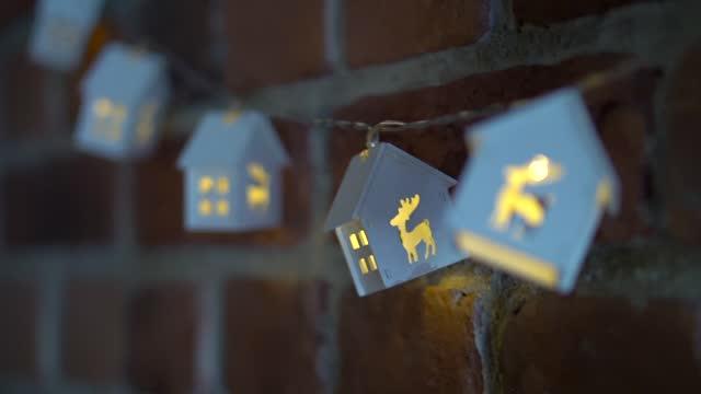 vídeos de stock e filmes b-roll de garland. christmas garland with lights. home decor. - enfeitado