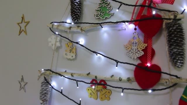 화환 크리스마스 트리 장식 - christmas decorations 스톡 비디오 및 b-롤 화면