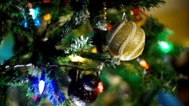 girlanden und weihnachtsschmuck - girlande dekoration stock-videos und b-roll-filmmaterial