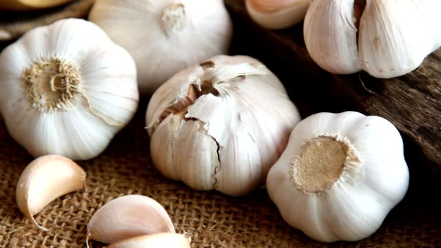 garlic at organic kitchen farm - чеснок стоковые видео и кадры b-roll