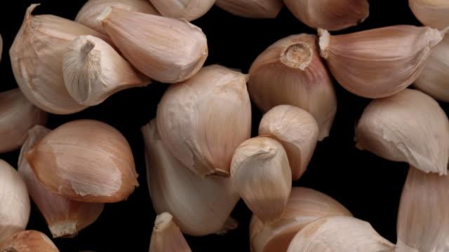 garlic cloves in the air - aglio alliacee video stock e b–roll