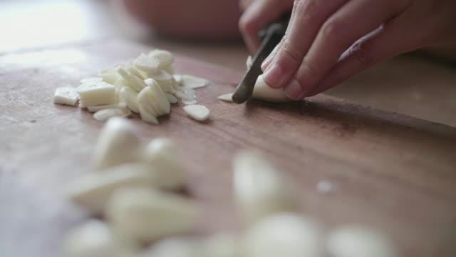 Garlic minced - video