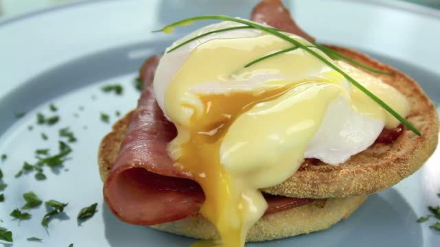 stockvideo's en b-roll-footage met garnishing eggs benedict - eigeel
