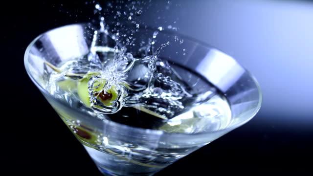 garnishing martini (super rallentatore) - martini video stock e b–roll