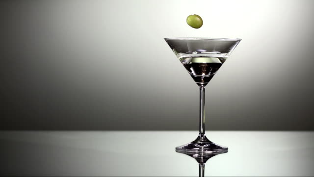 stockvideo's en b-roll-footage met garnishing martini with olive (super slow motion) - martini