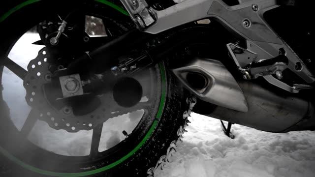 vidéos et rushes de gaz et vapeur du tuyau d'échappement de moto en hiver, plan rapproché. - moto sport