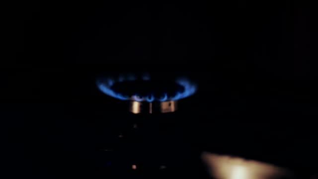 gaz brülörleri bir soba [slayt hareket] - bunsen beki stok videoları ve detay görüntü çekimi