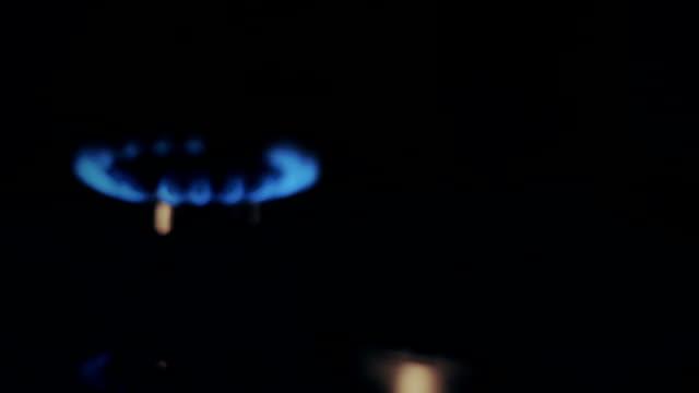 gaz brülörleri bir soba [yavaş slayt] - bunsen beki stok videoları ve detay görüntü çekimi