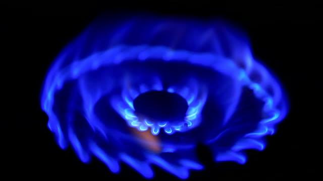 gas fire burns and goes out - bunsen beki stok videoları ve detay görüntü çekimi