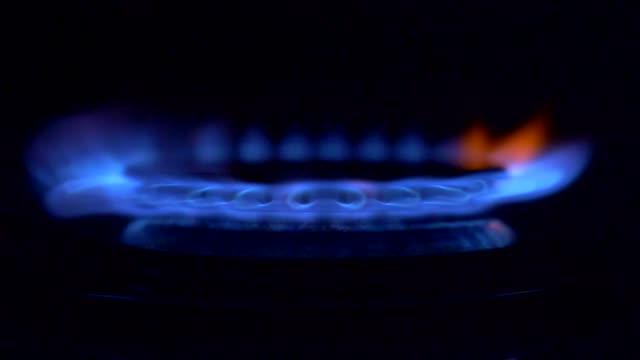 gas påslagning, apearing blå lågan. gas spis på svart bakgrund - flames bildbanksvideor och videomaterial från bakom kulisserna