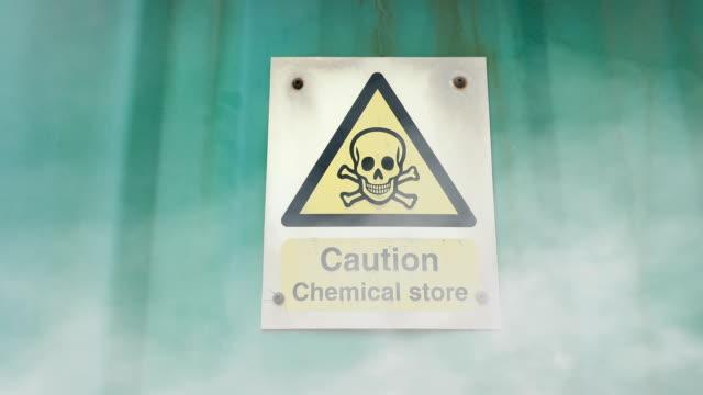 vídeos y material grabado en eventos de stock de fuga de gas en la instalación química - nocivo descripción física