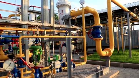 vidéos et rushes de la production de gaz et usine de traitement. système de canalisation avec les valves et manomètres - ukraine
