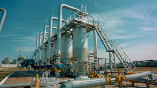 stockvideo's en b-roll-footage met benzinestation met pipeline- en opslag tanks - gas