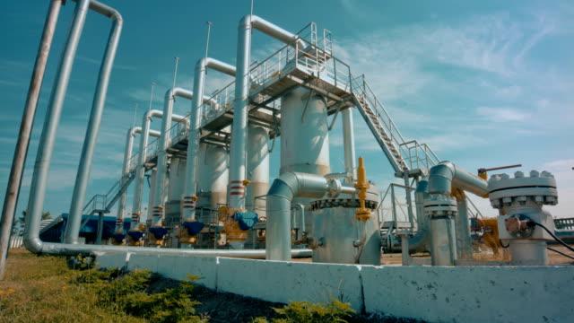 stockvideo's en b-roll-footage met benzinestation met pipeline- en opslag tanks - chemische fabriek