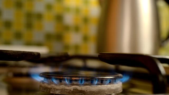vídeos de stock e filmes b-roll de gas stove in home. - burned oven