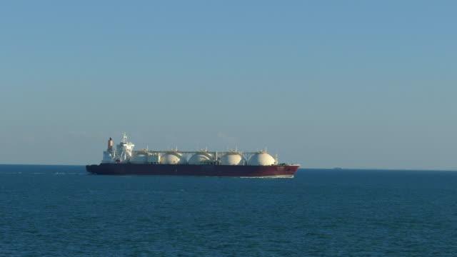 vídeos de stock, filmes e b-roll de petroleiro do gás de gnl - navio tanque embarcação industrial
