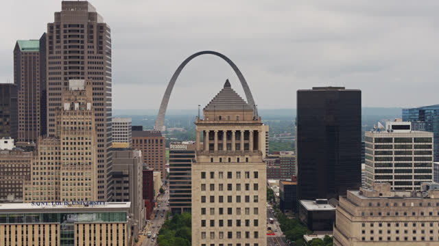 gateway arch i old courthouse behind downtown st louis buildings - drone shot - st louis filmów i materiałów b-roll