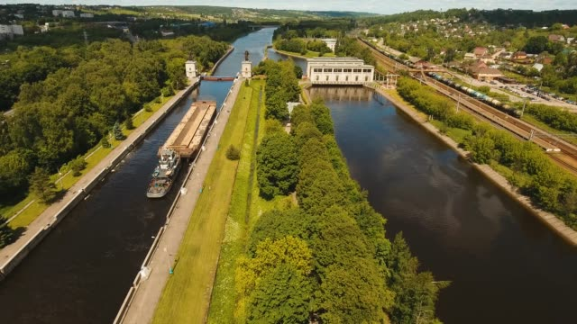 川のゲートウェイ。水門 - はしけ点の映像素材/bロール