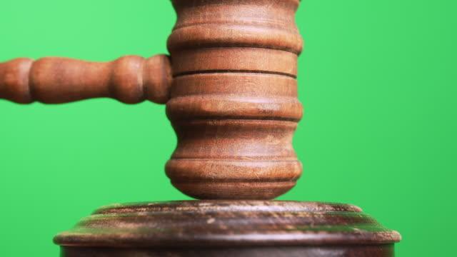gavel träffas för att avgöra en auktion eller skyldig dom i domstol. grön skärm. medium och brett skott med svart och vitt alpha ingår. - hammare bildbanksvideor och videomaterial från bakom kulisserna
