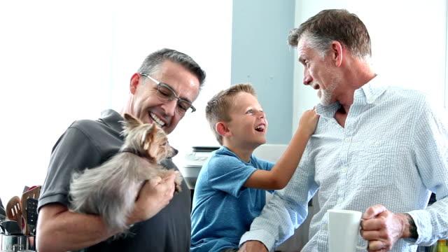 O casal homossexual e filho conversando na cozinha - vídeo