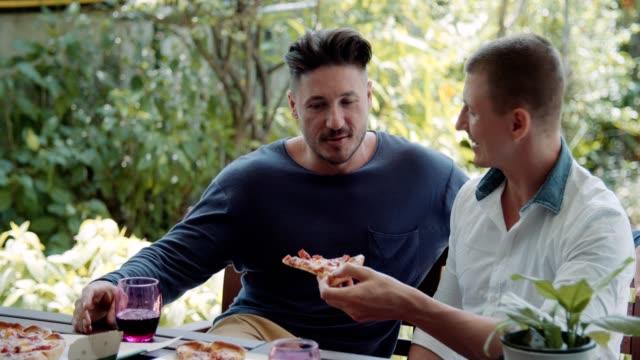 homosexuella par äta pizza - wine box bildbanksvideor och videomaterial från bakom kulisserna