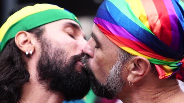 gay couple kissing on gay parade - 40 49 lat filmów i materiałów b-roll