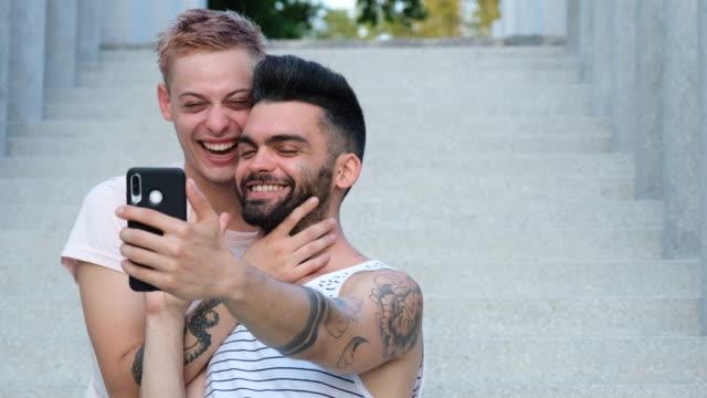 coppia gay che fa un selfie - relazione umana video stock e b–roll