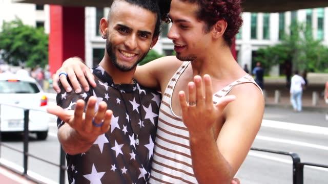 vidéos et rushes de couples gais faisant le geste de venir dans la ville - tentation