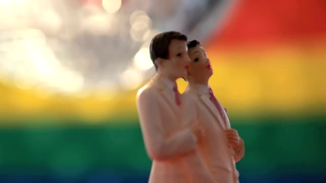 ゲイ新郎新婦のためのケーキのトップスにディスコボールの回転 - 結婚点の映像素材/bロール