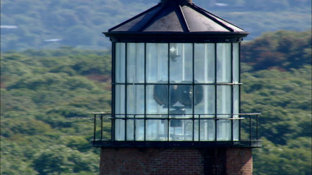 gay head lighthouse - luftbild - massachusetts, dukes county, vereinigte staaten von amerika - leuchtturm stock-videos und b-roll-filmmaterial